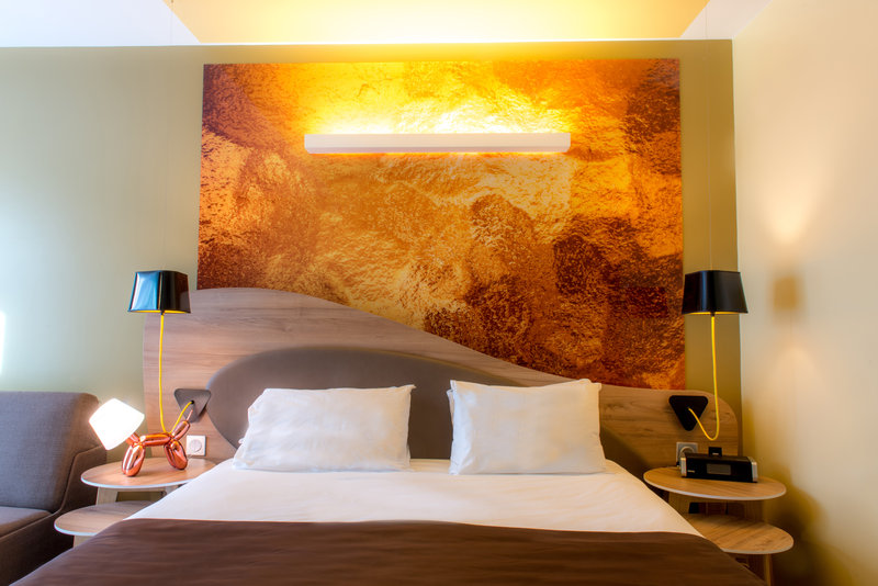 Holiday Inn Reims Centre-Junior suite bedroom<br/>Image from Leonardo