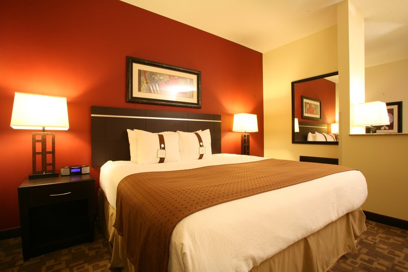 Holiday Inn Omaha Downtown-Airport-Executive King Non-Smoking Guest Room<br/>Image from Leonardo