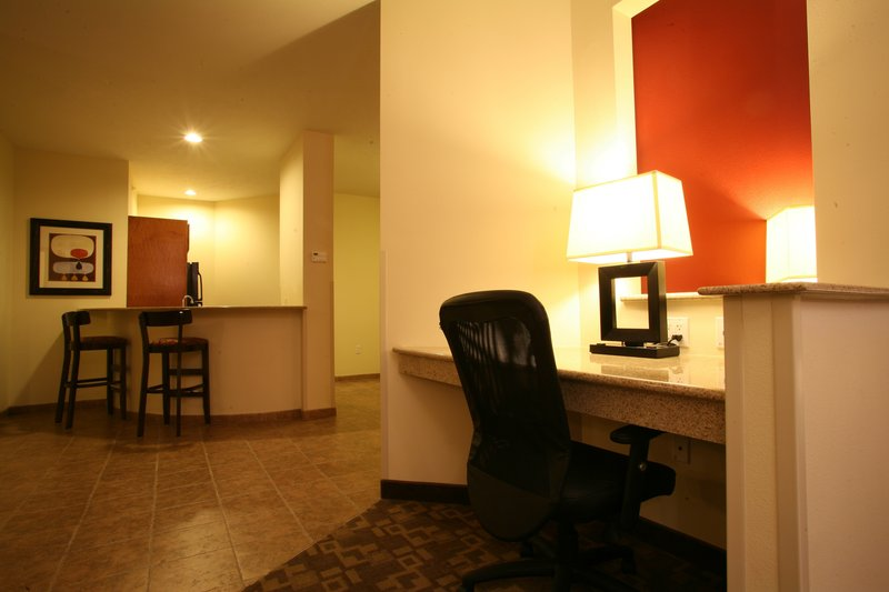 Holiday Inn Omaha Downtown-Airport-Luxury King Non-Smoking Jacuzzi Suite with Kitchenette<br/>Image from Leonardo