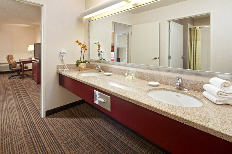 Holiday Inn Hotel & Suites Santa Maria-Guest Bathroom<br/>Image from Leonardo