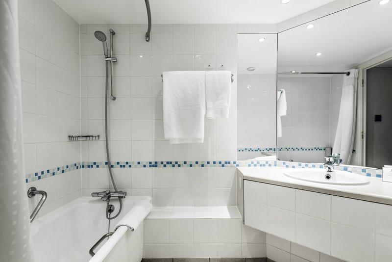 Holiday Inn Milton Keynes - Central-Bathroom<br/>Image from Leonardo