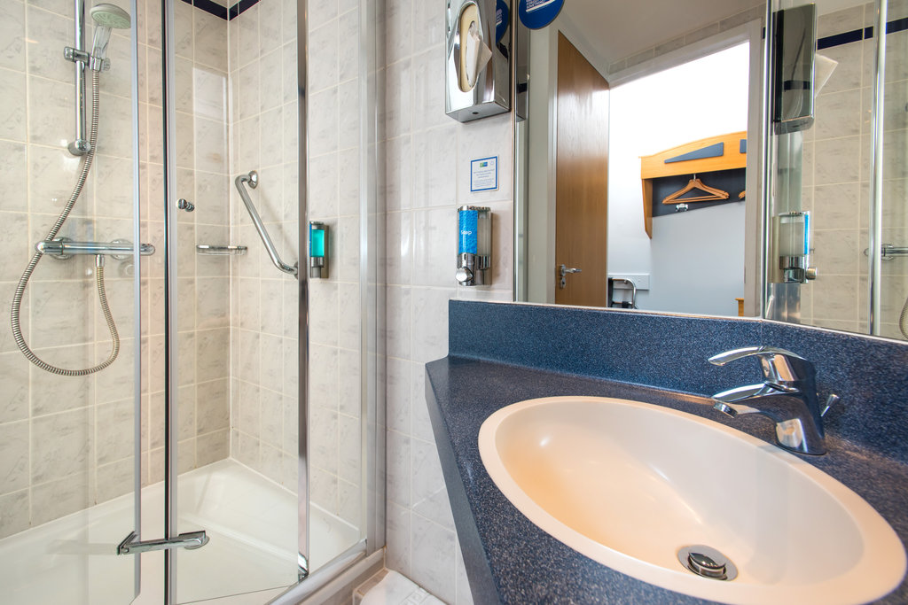 Holiday Inn Express East Midlands Airport-Freshen up in your en-suite complete with power shower<br/>Image from Leonardo