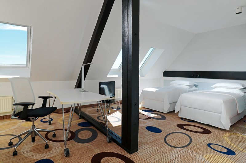 Sheraton Hannover Pelikan Hotel-Twin/Twin Executive Guest Room<br/>Image from Leonardo