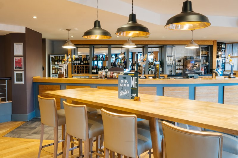 Holiday Inn Hemel Hempstead M1, Jct. 8-Enjoy your time with friends or Family at our Main Bar<br/>Image from Leonardo