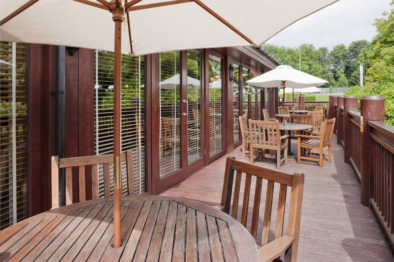 Holiday Inn Hemel Hempstead M1, Jct. 8-Enjoy a drink in the sunshine<br/>Image from Leonardo