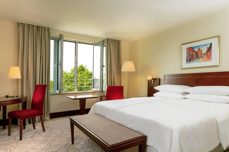 Sheraton Carlton Hotel Nuernberg-King Classic Guest Room<br/>Image from Leonardo