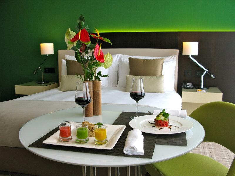 Crowne Plaza Geneva-In-Room Dining<br/>Image from Leonardo