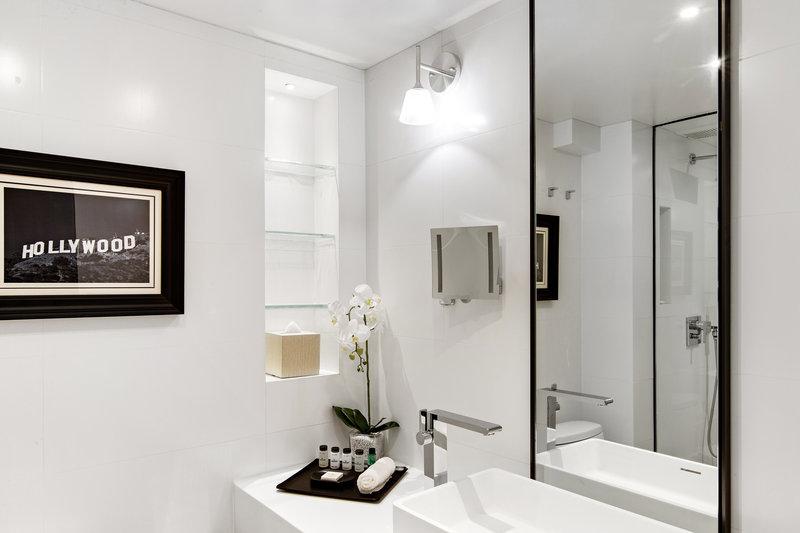 Sheraton Universal Hotel-Guest Room Bathroom<br/>Image from Leonardo