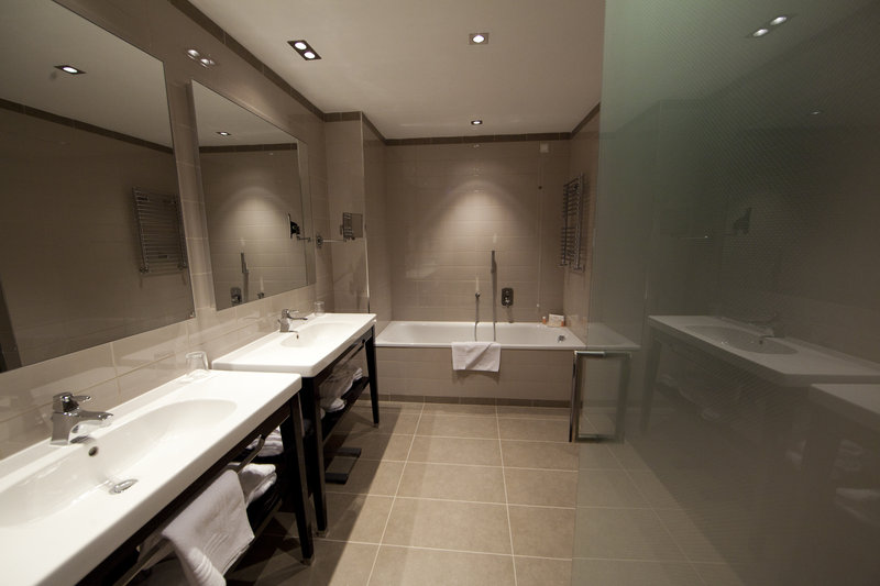 Crowne Plaza Verona Fiera-Bath Room Junior Suite<br/>Image from Leonardo