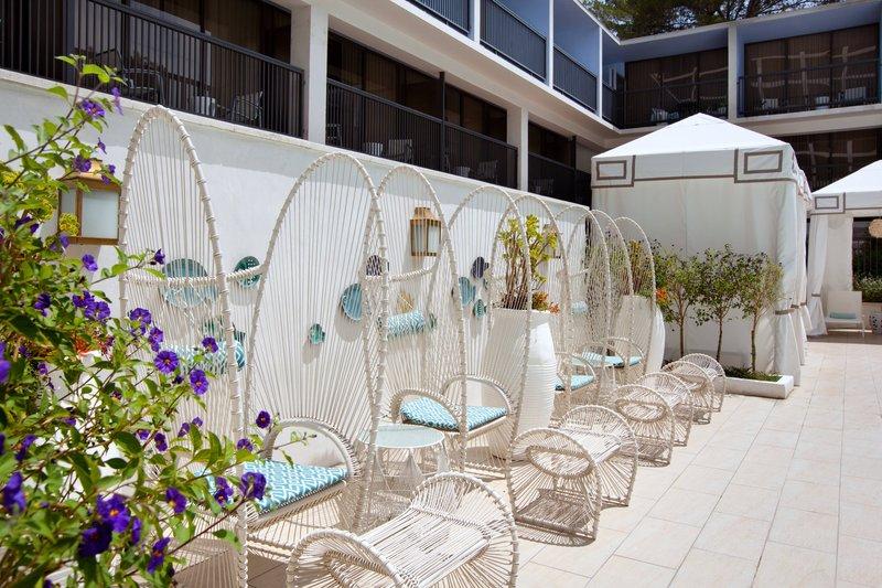Sheraton Universal Hotel-Poolside Lounge Chairs<br/>Image from Leonardo
