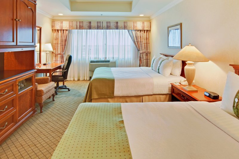 Holiday Inn Hotel & Suites Oakville @ Bronte-Deluxe Two Queen Bed Guest Room<br/>Image from Leonardo