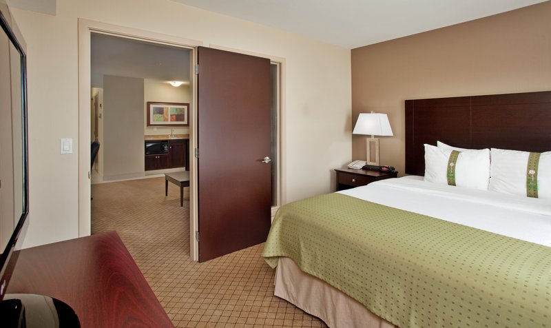Holiday Inn Hotel & Suites Kamloops-Suite with King Bed and Separate Living Area<br/>Image from Leonardo