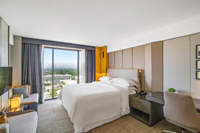 Sheraton Universal Hotel-King Guest Room<br/>Image from Leonardo