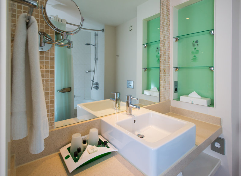 Holiday Inn Stevenage-Executive rooms bath with shower<br/>Image from Leonardo