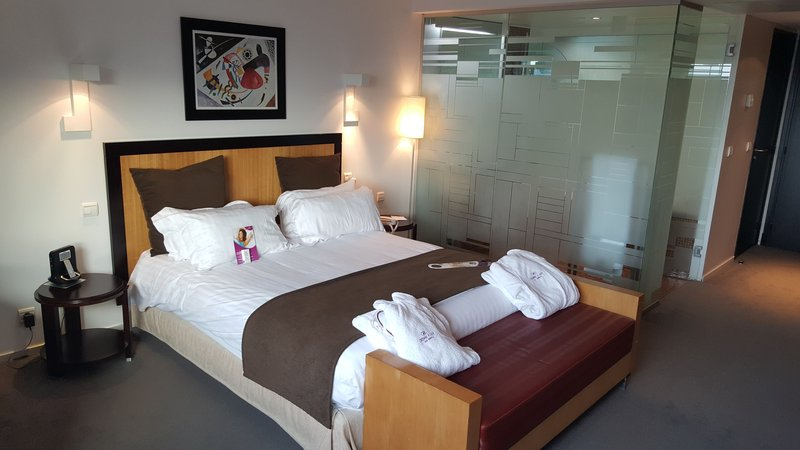 Crowne Plaza Lille - Euralille-Large bed with tea & coffee facilities<br/>Image from Leonardo
