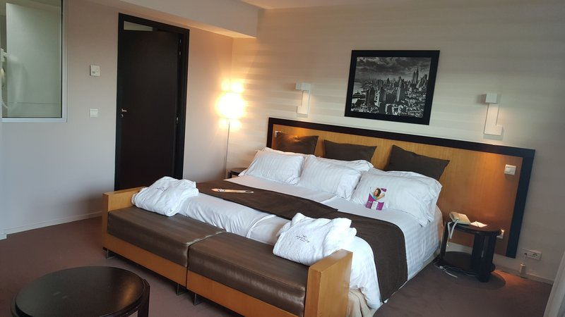 Crowne Plaza Lille - Euralille-King size bed room with large flat TV, tea & coffee facilities<br/>Image from Leonardo