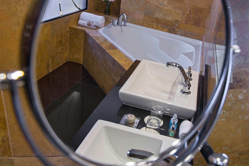 Le Meridien Panama - Gold Suite - Bathroom <br/>Image from Leonardo