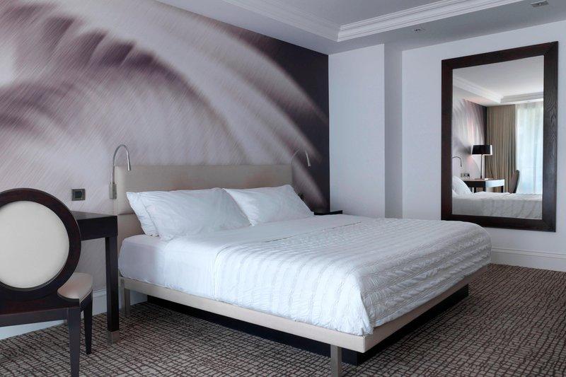 Le Meridien Beach Plaza-King Guest Room<br/>Image from Leonardo