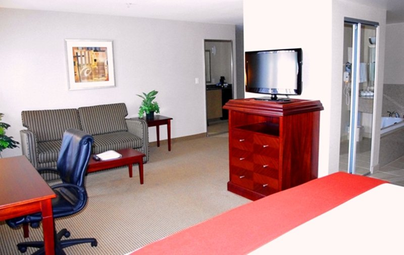 Holiday Inn Express & Suites Surrey-Holiday Inn Express & Suites Surrey Jacuzzi Suite<br/>Image from Leonardo