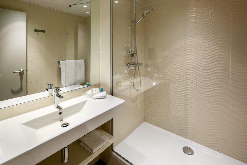 Holiday Inn Lyon Vaise-Accommodating Guest Bathroom<br/>Image from Leonardo