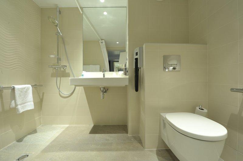 Holiday Inn Lyon Vaise-Wheelchair Accessible Bathroom<br/>Image from Leonardo