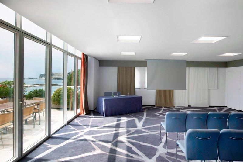Le Meridien Beach Plaza-Theatre-Style Meeting<br/>Image from Leonardo