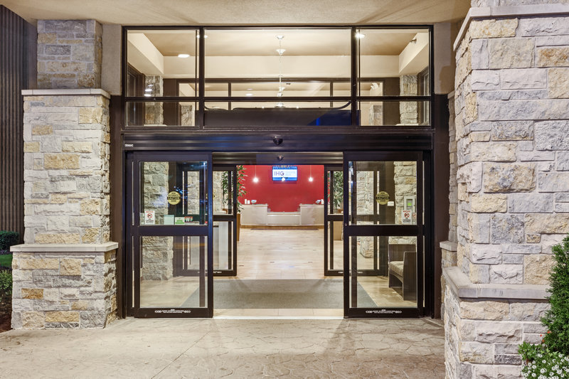 Crowne Plaza Milwaukee Airport-Entrance <br/>Image from Leonardo