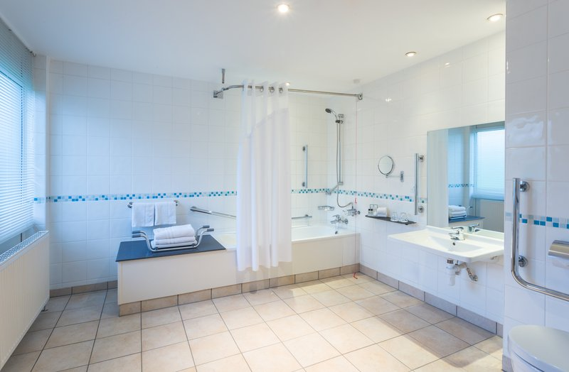 Holiday Inn Rugby-Northampton M1, Jct.18-Spacious ADA/Wheelchair Accessible Nonsmoking Bath<br/>Image from Leonardo