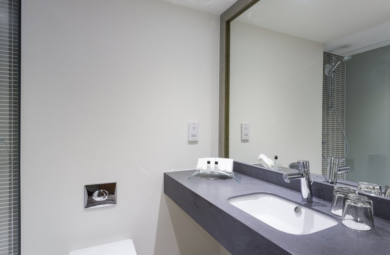 Holiday Inn Rugby-Northampton M1, Jct.18-Inviting Family Bath with Shower<br/>Image from Leonardo