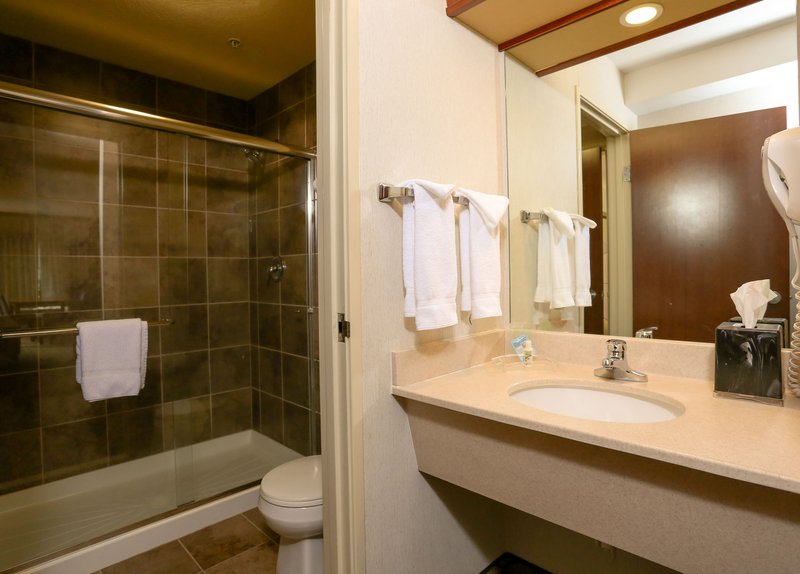 Holiday Inn West Yellowstone-Holiday Inn West Yellowstone Executive Suite bathroom<br/>Image from Leonardo