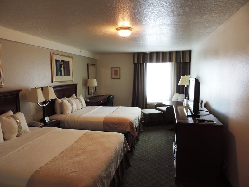 Holiday Inn Redding-Holiday Inn Hotel - Redding, CA Queen Bed Guest Room<br/>Image from Leonardo