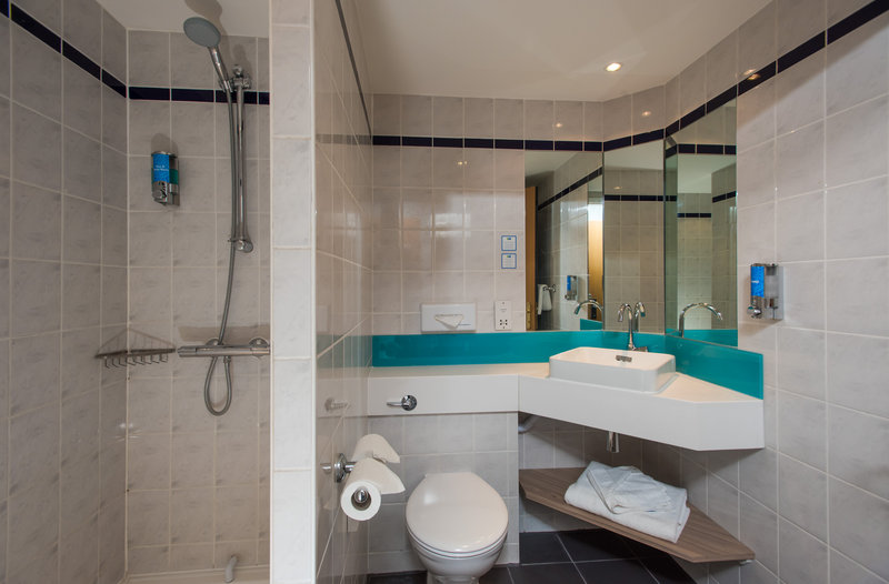 Holiday Inn Express London - Dartford-Freshen up in your cool en-suite complete with power shower<br/>Image from Leonardo