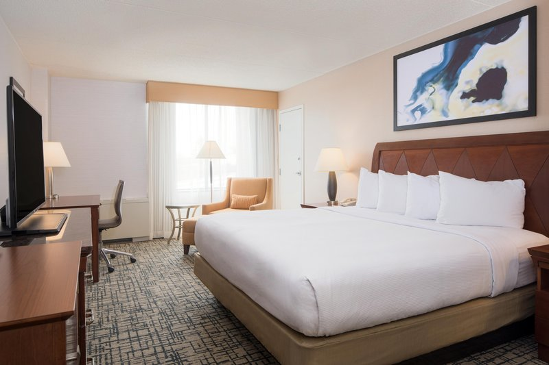 DoubleTree by Hilton Syracuse-King Bed Guestroom<br/>Image from Leonardo