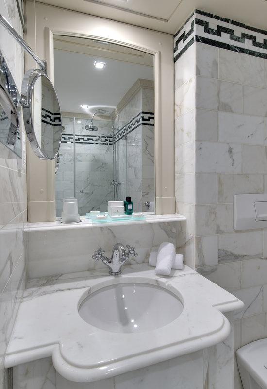 HOTEL METROPOLE MONTE CARLO-Superior room bathroom<br/>Image from Leonardo