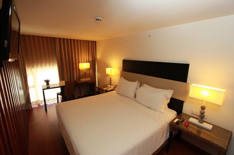Crowne Plaza Vilamoura - Algarve-Suite Deluxe Bedroom<br/>Image from Leonardo