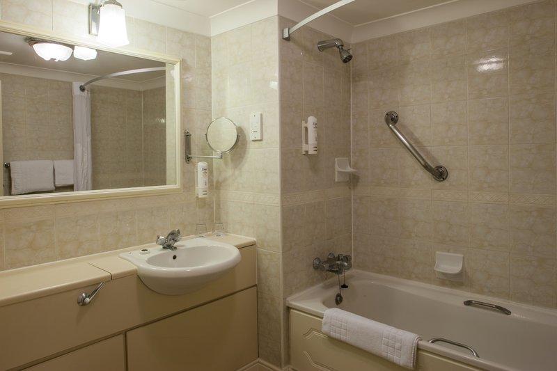 Holiday Inn Reading - West-Guest Bathroom<br/>Image from Leonardo