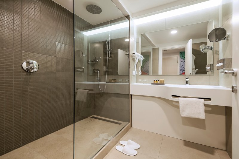 Holiday Inn Naples-Guest Bathroom<br/>Image from Leonardo