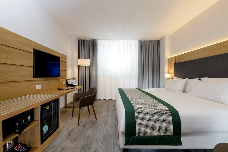 Holiday Inn Naples-1 king bed executive non smoking<br/>Image from Leonardo