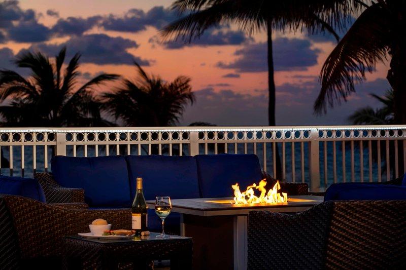 Courtyard by Marriott Fort Lauderdale Beach-Seabreeze Poolside Bar - Fire Pit<br/>Image from Leonardo
