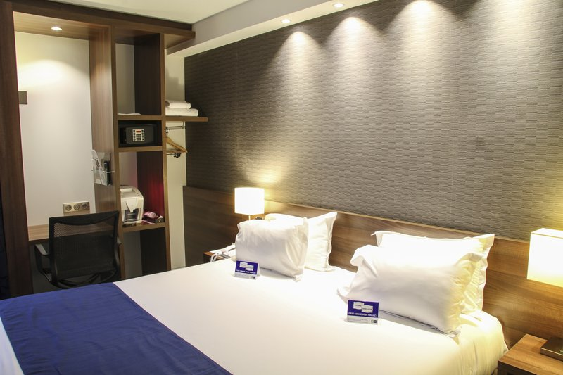 Mercure Amiens Cathedrale Hotel-Queen Bed Guest Room<br/>Image from Leonardo