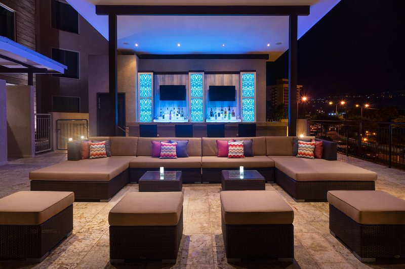 Courtyard by Marriott Kingston-Rooftop Outdoor Pool - Bar<br/>Image from Leonardo
