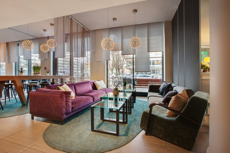 Holiday Inn Berlin Centre Alexanderplatz-The stylish lobby, a perfect spot for meeting with friends.<br/>Image from Leonardo