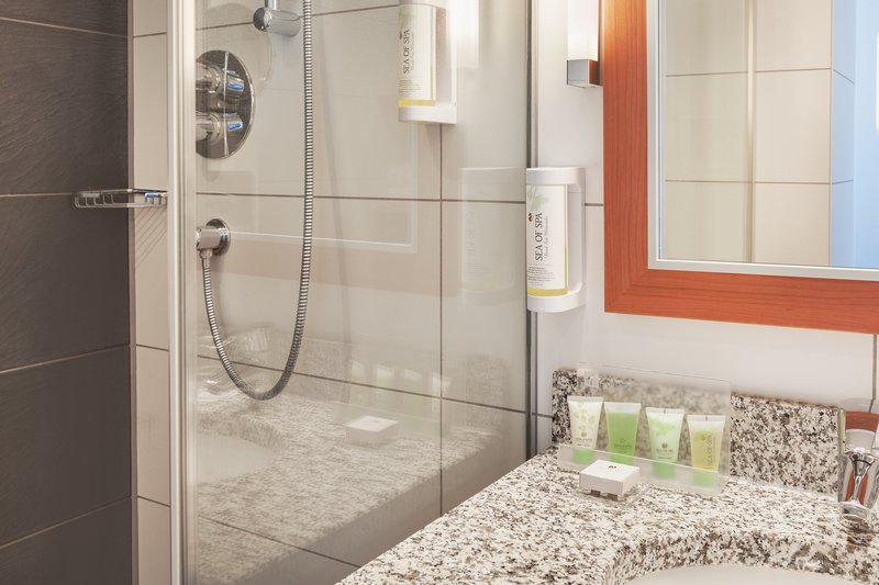 Holiday Inn Berlin Centre Alexanderplatz-Bathroom with premium body care products and a power shower.<br/>Image from Leonardo