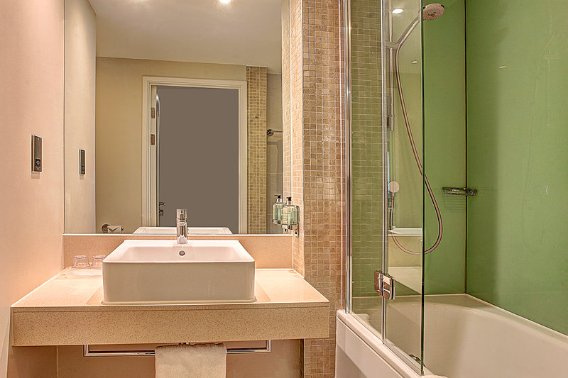 Holiday Inn Southend-Standard Room Guest Bathroom<br/>Image from Leonardo