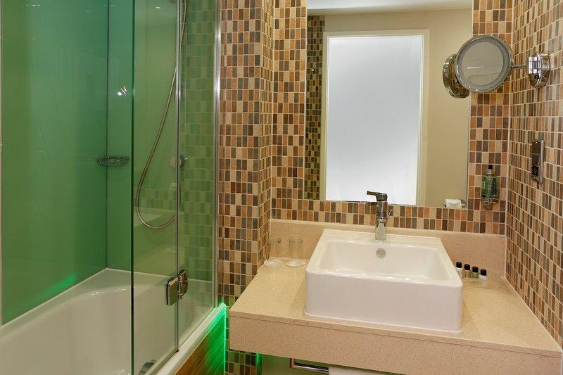 Holiday Inn Southend-King Executive Bathroom<br/>Image from Leonardo