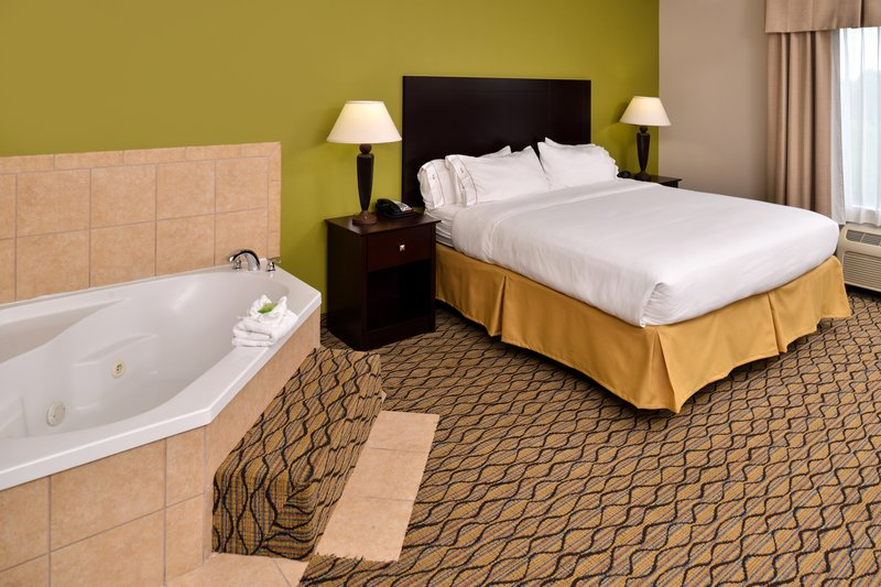 Holiday Inn Express & Suites Sherman HWY 75-Jacuzzi Suite<br/>Image from Leonardo