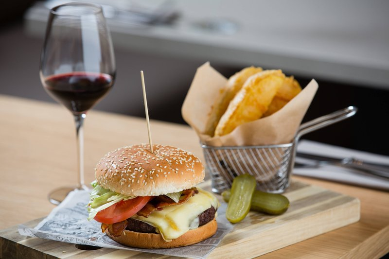 Courtyard Brussels-Courtyard Lounge & Dining - Chimay Cheese Burger<br/>Image from Leonardo