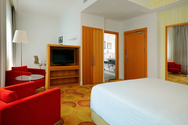 Courtyard Budapest City Center-Grand Deluxe King Guest Room<br/>Image from Leonardo