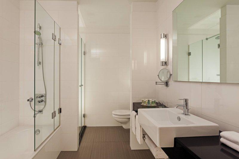 Courtyard Budapest City Center-Executive Suite - Bathroom<br/>Image from Leonardo