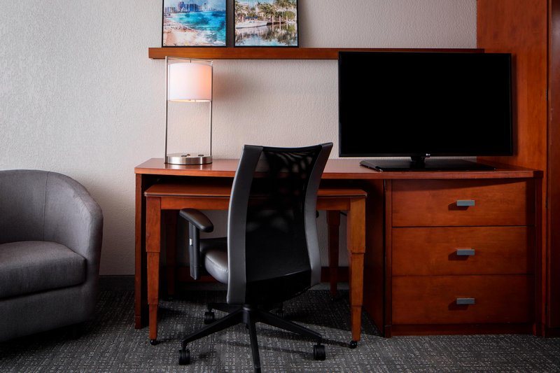 Courtyard Marriott Fort Lauderdale Airport & Cruise Port-Guest Room<br/>Image from Leonardo